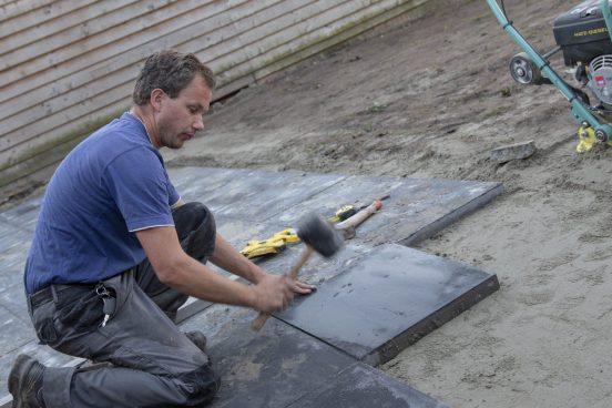 Bestrating van een tuin in Arnemuiden - Pieter Luiten