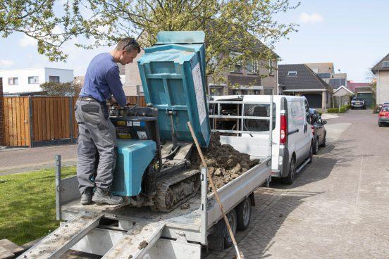 Grond verwerken met klein materieel tijdens tuin aanleggen Arnemuiden - Pieter Luiten